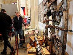Trestanecký mundůr z lágru, česká i německá uniforma, pušky, kulomet, vyznamenání i bunkry, to vše lze vidět na nové výstavě v kostele svatého Josefa ve Fulneku.