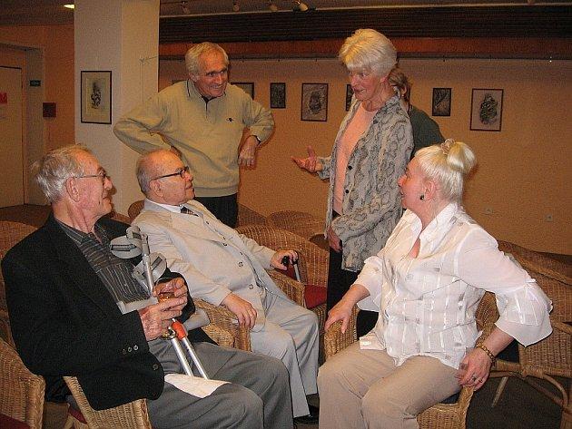 Eliška Resková s manželem a hosty vernisáže.