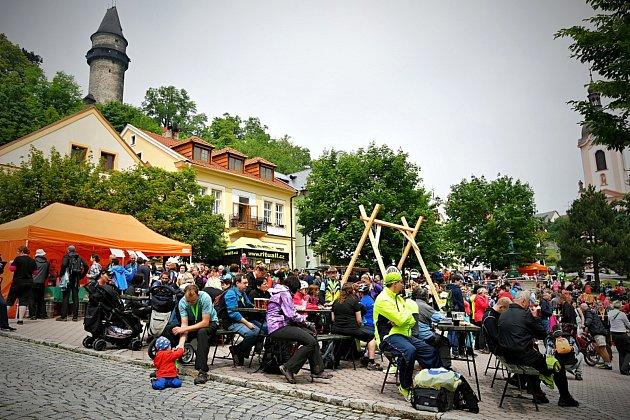 Na náměstí pod věží Trúbou čekalo na účastníky pochodu občerstvení i medaile.