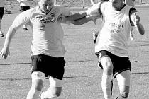 Tomáš Hejdušek (vpravo), který si zahrál za lotyšský FK Ventspils i pohár UEFA, se nyní stará spíše o defenzivní práci v divizním TJ Nový Jičín.