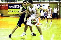 Basketbalisté Nového Jičína (v bílém) ztratili deetibodový náskok, aby nakonec zvítězili nad Opavou 86:82.