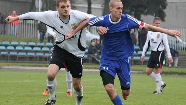LOKŠA ÚŘADOVAL. Novojičínský střelec a kmenový hráč Opavy Radovan Lokša (vpravo) zařídil po změně stran čistým hattrickem během 12 minut už třetí jarní vítězství Pejšova celku a svůj střelecký účet v této sezoně navýšil na číslo 16.