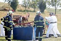 Petřkovičtí hasiči se nakonec vody dočkali a jejich zásah ocenili přítomní spontánním potleskem.