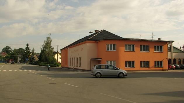 Křižovatka u Kulturního domu v Jeseníku nad Odrou.