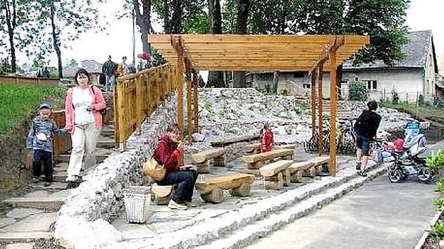 V březnu loňského roku se v Kopřivnici naplno rozjel projekt Svět je velká zahrada. Na ten radnice získala tučnou sumu z Regionálního operačního programu a výsledkem jsou dva netradičně, vtipně a zábavně zmodernizované venkovní prostory.