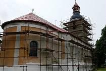 Kostel v B ílově bude mít na podzim zcela novou fasádu a opravenou věž s bání.