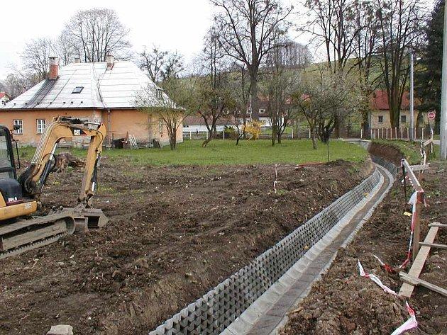 Výstavba víceúčelového hřiště v Lichnově začala terénními úpravami.