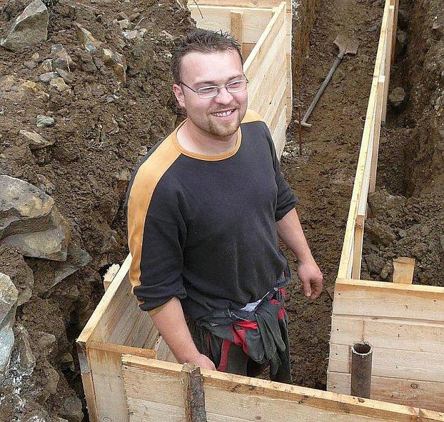 Automechanik Karel Strobach. Nejen se součástkami pro auta si navíc umí dobře poradit. Po práci teď staví rodinný dům, protože už dále nechce bydlet v paneláku.