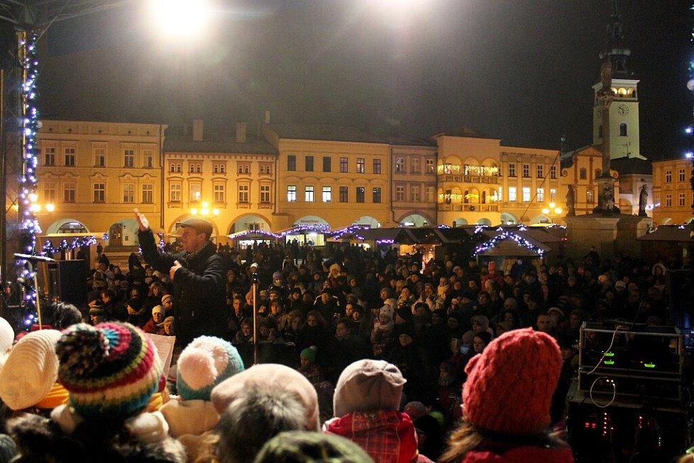 V Novém Jičíně se sešlo na náměstí při zpívání koled kolem čtyř stovek lidí. Se zpíváním pomáhali členové pěveckého sboru Ondrášek a sboru Rarášek se sbormistrem Josefem Zajíčkem.