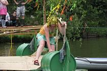 Sychravé počasí ani ledová voda neodradila místní nadšence, aby se utkali o hlavní cenu Vodnických her. Hladinu rybníka rozčeřily například Mořské panny či Piráti z Ka-rybníku.