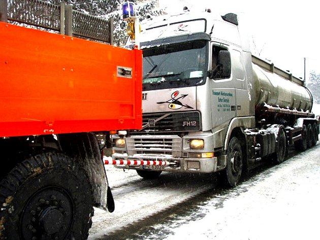 Ve středu 6. ledna hasiči vyprošťovali u Bílova uvízlý polský kamion v příkopu, který bránil silniční dopravě, a potom ještě nedaleko uvízlou cisternu s kyselinou polyfosforečnou.