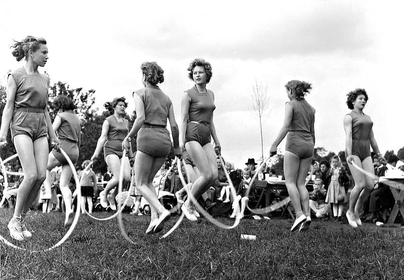 Spartakiáda v roce 1960. Jedním z čísel bylo také vystoupení dorostenek ve skladbě Radostné mládí.