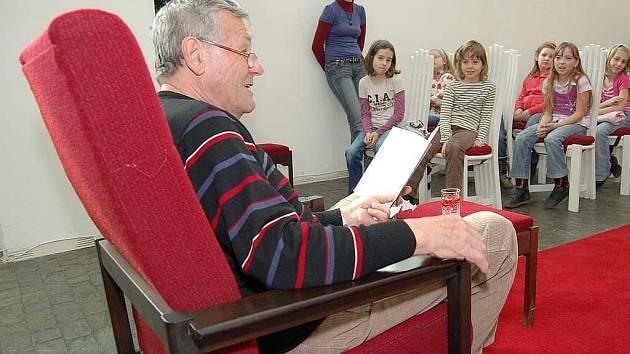 Jako první se zhostil svého nelehkého úkolu kronikář Zdeněk Kuchta, který dětempřečetl v kapli svaté Barbory ukázky ze svých knih.