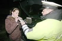 Dopravní policie při kontrole alkoholu v dechu. Ilustrační foto.