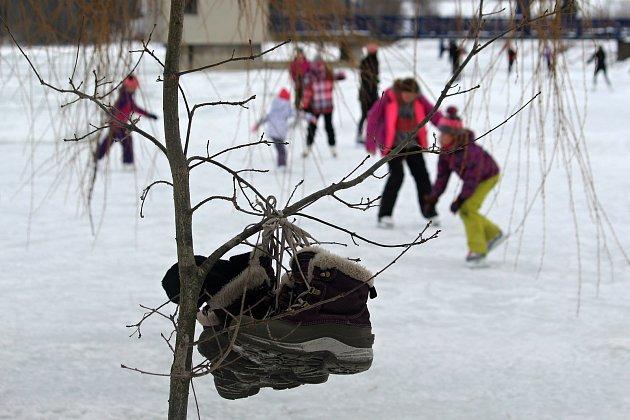 Desítky lidí využily ledu na přehradní nádrži Větřkovice uKopřivnice a vyrazily si vúterý 16.února odpoledne zabruslit. Pár odvážlivců se také vykoupalo.