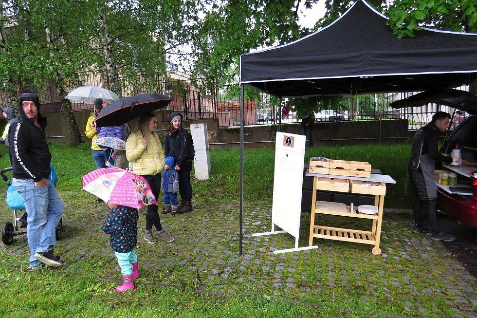 Návštěvníky akce Restaurant Day, která se konala v neděli 30. května 2021 v Kopřivnici, neodradilo ani deštivé počasí.