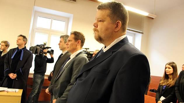 Trojice obžalovaných, která se ve čtvrtek 7. prosince dostavila k jednání Okresního soudu v Novém Jičíně ve věci tragického železničního neštěstí ve Studénce, si vyslechla rozsudek zprošťující obžalované obvinění.