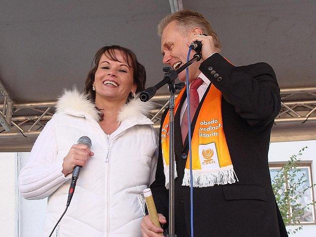 Senátor Jiří Lajtoch si na předvolebním mítinku před komunálními volbami v Přerově zazpíval s dcerou známého zpěváka Pavla Nováka Olgou. Lidem v Odrách a okolních obcích, které má ve svém senátním obvodu, ale do zpěvu moc není.