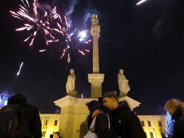 Masarykovo náměstí v Novém Jičíně zaplnily o silvestrovské půlnoci stovky lidí. Přilákala je dvouhodinová diskotéka i ohňostroj.