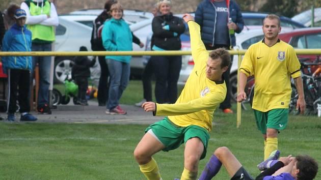 Oderští fotbalisté (ve žlutém) přerušili sérii porážek a Kopřivnici porazili 3:1.