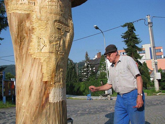 Petr Kučerka starší při práci na dřevořezu lípy v Odrách.