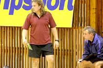 Kopřivnický  trenér Ivo Vávra (vlevo), spolu s manažerem klubu Miroslavem Bartoněm, věří, že klub konečně protrhne sérii porážek.