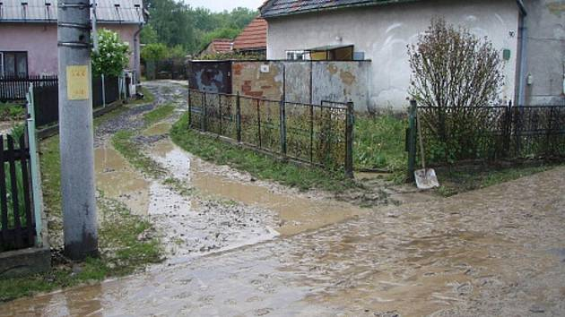 Obrázky jako z loňského června. Jsou však teprve několik hodin staré. Na některých místech Kunína se totiž objevila voda s bahnem z blízkých polí. Natekla také do rodinných domů.