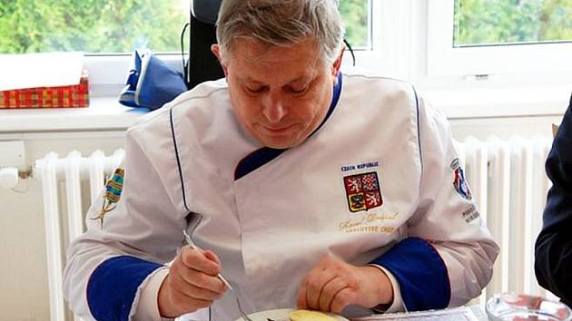 Předseda poroty Karel Drápal, společně se svými dvěma kolegy, usoudil, že nejlepší recept na svatomartinskou husu zaslala Marie Maléřová z Dolní Bečvy.