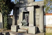 Jedním z hrobů, které v současné době procházejí renovací, je hrob významného novojičínského architekta a stavitele Richarda Klosse.