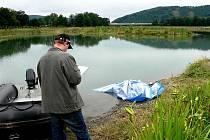 Tělo muže, který chtěl v neděli přeplavat na ostrůvek, nalezl až v pondělí 18. července po poledni policejní potápěč.