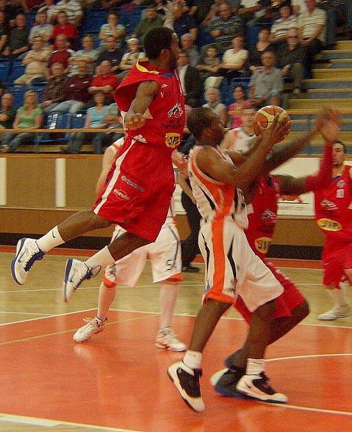 Snímky z utkání Unibon Nový Jičín – BK JIP Pardubice 67:80.