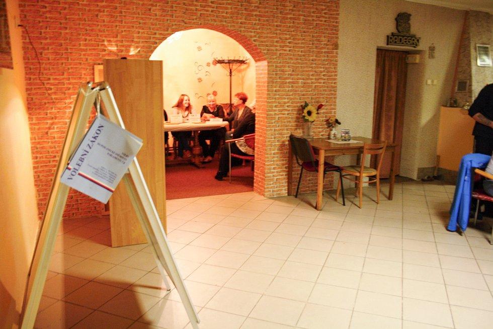 Jednu z volebních uren v Dětmarovicích voliči našli i v prostorách místní hospůdky U Rumcajse.