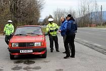 Společná preventivní bezpečnostní akce policistů z Novojičínska a Vsetínska zaměřená na kontrolu pneumatik.