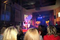 Doslova ve švech praskal v pátek 2. prosince sál kulturního domu v Bílovci, který se navečer proměnil v rámci Velké Vánoční Sára show v módní molo.