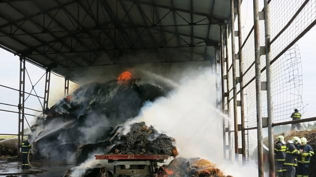 Osm jednotek hasičů z Novojičínska, Opavska i Olomouckého kraje zasahovalo u požáru krytého skladiště s velkými balíky lisované slámy v Luboměři.