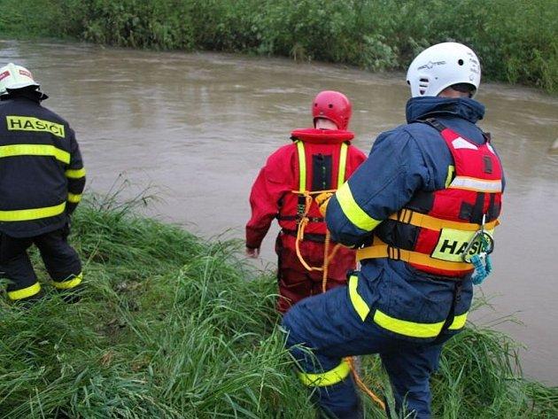 Pátrání po pohřešovaném vodákovi v řece Lubina.