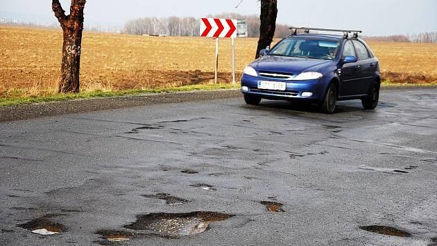 Letošní zima se tvrdě podepsala na stavu silnic na Novojičínsku. Došlo k větším škodám než tu předchozí, cesta mezi výtluky někdy připomíná slalom na cvičišti autoškoly.