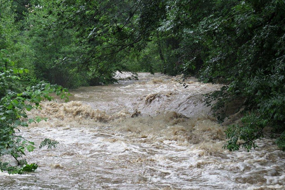 Vlivem dešťů se v pátek říčka Jičínka proměnila opět v nebezpečnou dravou řeku.