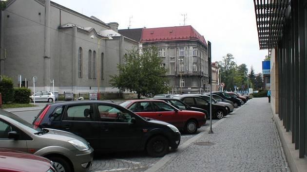 Od 1. července si totiž řidiči nebudou moci pořídit ani předplacené parkovací místo. Zákaz se nedotkne prostor městské památkové rezervace a osob zdravotně postižených.