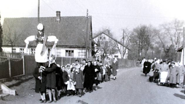 Vynášení Mařeny nebo také smrtky ze vsi bylo tradičním zvykem také v padesátých letech minulého století.