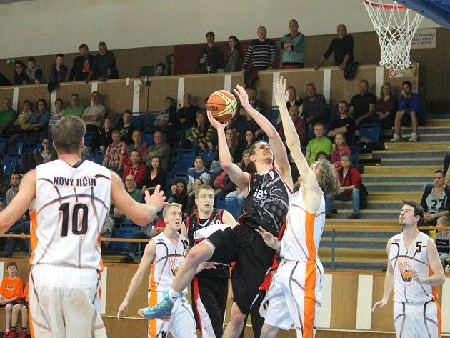 NOVOJIČÍNŠTÍ basketbalisté (v bílém) se představí poprvé doma v neděli 1. října, kdy přivítají celek Snakes Ostrava.
