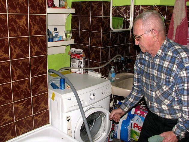 Břetislav Sváček u nové pračky, ktreá má na sobě žlutý lístek.