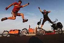 Humor a energii při cestě na koloběžkách dlouhé přes pět set kilometrů Pavel Debef ani Jiří Král neztratili.