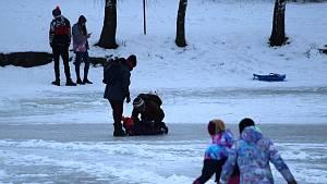 Zamrzlá nádrž Větřkovice lákala k zimním radovánkám.