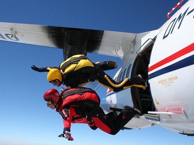 Soutěž Krnovská stuha v přesnosti přistání jednotlivců a družstev na letišti Aeroklubu Krnov.