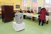 V Mořkově musely členky volební komise vyrazit s volební urnou do terénu ještě hodinu před koncem prvního kola prezidentských voleb.