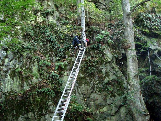 Hasiči zachraňovali houbařku, která uvízla u poutního místa Maria skála ve výšce 12 metrů.
