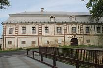 Areál bravantického zámku už několik let marně čeká na důkladnou rekonstrukci. Původní vlastník pouze sliboval, nakonec zámek prodal.