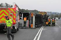 Dva pruhy ve směru na Starý Jičín uzavřely odklízecí práce po nehodě nákladního vozidla, které převáželo pivo.