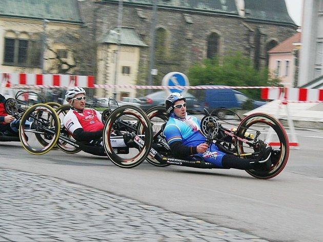 Handicapovaný cyklista Pavel Děcký z Frenštátu pod Radhoštěm (vlevo), načal letošní handbikovou sezonu víc než dobře. Na republikovém šampionátu v Pardubicích skončil ve své kategorii stříbrný.